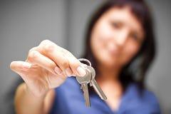 Pośrednik handlu nieruchomościami w pustym mieszkaniu daje kluczom Obraz Royalty Free