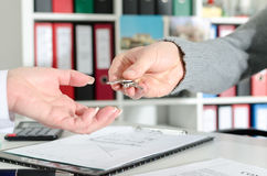 Pośrednik handlu nieruchomościami wręcza klucze jego klient Zdjęcia Royalty Free