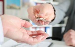 Pośrednik handlu nieruchomościami wręcza klucze jego klient Obrazy Stock
