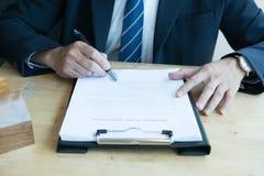 Pośrednik handlu nieruchomościami wyjaśnia hipoteczną pożyczkową zgodę jego klient Real est Zdjęcie Royalty Free