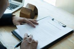 Pośrednik handlu nieruchomościami wyjaśnia hipoteczną pożyczkową zgodę jego klient Real est Obraz Royalty Free
