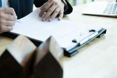 Pośrednik handlu nieruchomościami wyjaśnia hipoteczną pożyczkową zgodę jego klient Real est Obraz Stock