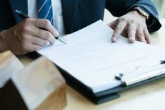 Pośrednik handlu nieruchomościami wyjaśnia hipoteczną pożyczkową zgodę jego klient Real est Zdjęcie Stock