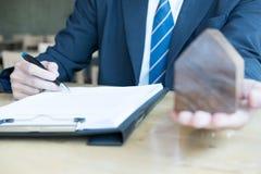 Pośrednik handlu nieruchomościami wyjaśnia hipoteczną pożyczkową zgodę jego klient Real est Zdjęcia Stock