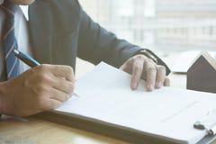 Pośrednik handlu nieruchomościami wyjaśnia hipoteczną pożyczkową zgodę jego klient Real est Fotografia Royalty Free