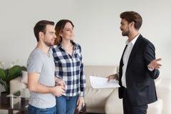 Pośrednik handlu nieruchomościami, ziemianin konsultuje, wyjaśniający terminy kontrakt fotografia stock
