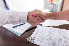 Pośrednik w handlu nieruchomościami chwiania ręka z jego klientem Zdjęcie Stock