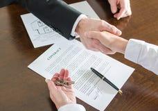 Pośrednik w handlu nieruchomościami chwiania ręki z jego klientem Zdjęcie Stock