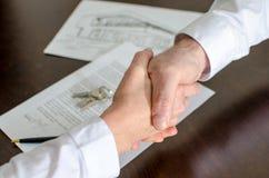 Pośrednik w handlu nieruchomościami chwiania ręki z jego klientem Zdjęcia Stock