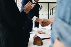 Pośrednik w handlu nieruchomościami chwiania ręki z jego klientem po kontrakta podpisują Fotografia Stock
