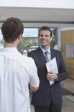 Pośrednik W Handlu Nieruchomościami chwiania ręki Z klientem Indoors Fotografia Stock