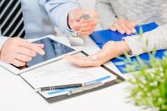 Pośrednik w handlu nieruchomościami daje domów kluczom klient Obraz Stock