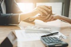 Pośrednik w handlu nieruchomościami daje domów kluczom klient po kontraktacyjnego signa Obrazy Royalty Free