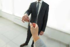 Pośrednik W Handlu Nieruchomościami Daje domów kluczom osoba Obrazy Stock