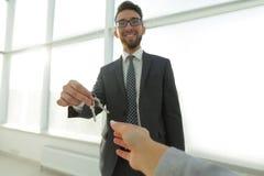 Pośrednik W Handlu Nieruchomościami Daje domów kluczom osoba Zdjęcie Stock