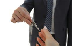 Pośrednik W Handlu Nieruchomościami Daje domów kluczom osoba Obraz Royalty Free