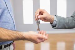 Pośrednik w handlu nieruchomościami daje domu kluczowi klient Fotografia Stock