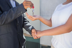Pośrednik w handlu nieruchomościami daje domu kluczowi nabywca Obraz Royalty Free