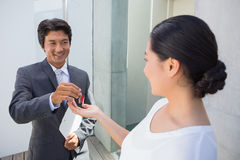 Pośrednik w handlu nieruchomościami daje domu kluczowi nabywca Zdjęcia Royalty Free