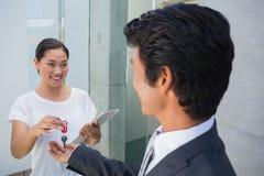Pośrednik w handlu nieruchomościami daje domu kluczowi nabywca Obraz Stock