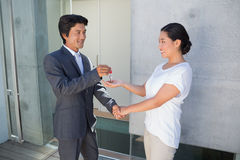 Pośrednik w handlu nieruchomościami daje domu kluczowi nabywca Zdjęcie Stock