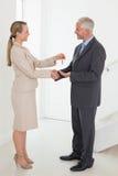 Pośrednik w handlu nieruchomościami daje domu kluczowi szczęśliwy klient Zdjęcia Royalty Free