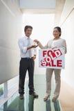 Pośrednik w handlu nieruchomościami daje kluczom nowy właściciel domu Obrazy Stock