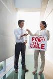 Pośrednik w handlu nieruchomościami daje kluczom nowy właściciel domu Obraz Royalty Free
