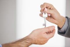 Pośrednik w handlu nieruchomościami daje kluczowi klient Obraz Royalty Free