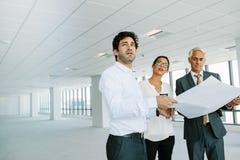 Pośrednik w handlu nieruchomościami i klienci z projektami nowa powierzchnia biurowa Fotografia Royalty Free
