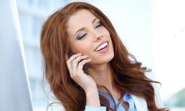 pośrednik w handlu nieruchomościami kobieta na telefonie Zdjęcie Royalty Free