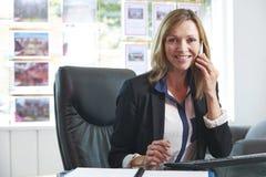 Pośrednik W Handlu Nieruchomościami Na telefonie W biurze Zdjęcia Stock