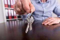 Pośrednik w handlu nieruchomościami ofiary domu klucze Obraz Royalty Free