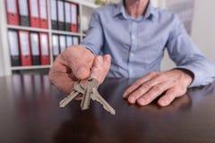 Pośrednik w handlu nieruchomościami ofiary domu klucze Zdjęcie Stock