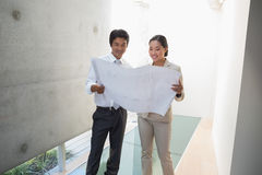 Pośrednik w handlu nieruchomościami patrzeje projekt z potencjalną nabywcą Obrazy Stock