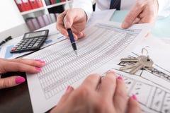 Pośrednik w handlu nieruchomościami pokazuje pieniężnego plan Obrazy Stock