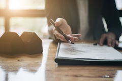 Pośrednik w handlu nieruchomościami potrzeba podpisywać zgodę z jego klientem dla wynajem Obraz Royalty Free