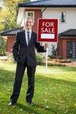 Pośrednik w handlu nieruchomościami pozycja przed domem Fotografia Royalty Free