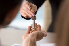 Pośrednik w handlu nieruchomościami robi transakci z rodziną, daje kluczom mieszkanie Zdjęcie Stock