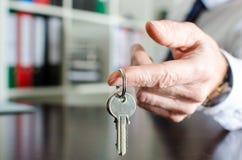Pośrednik w handlu nieruchomościami seansu domu klucze Zdjęcia Stock