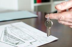 Pośrednik w handlu nieruchomościami seansu domu klucze Zdjęcie Royalty Free