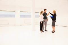 Pośrednik W Handlu Nieruchomościami Wręcza Nad kluczami Biurowy Spaceï ¿ ½ Obraz Stock