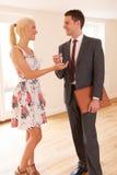 Pośrednik W Handlu Nieruchomościami Wręcza Nad kluczami kobieta domu nabywca Obrazy Royalty Free