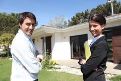 Pośrednik w handlu nieruchomościami z klientem Obrazy Stock