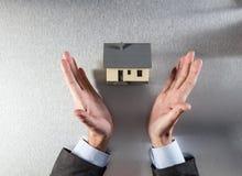Pośrednika handlu nieruchomościami agent wręcza przedstawiać budynku otwarcie dla nowego domu Obrazy Stock