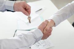 Pośrednika handlu nieruchomościami chwiania ręki z jego klientem Obrazy Stock