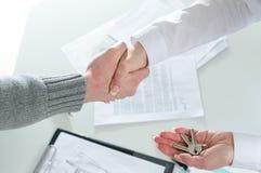 Pośrednika handlu nieruchomościami chwiania ręki z jej klientem Obraz Royalty Free