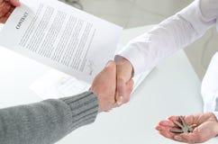 Pośrednika handlu nieruchomościami chwiania ręki z jej klientem Fotografia Royalty Free
