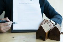Pośrednika handlu nieruchomościami przedstawienia hipoteczna pożyczkowa zgoda jego klient mieszkań nieruchomości domów prawdziweg Zdjęcie Stock
