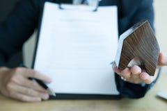 Pośrednika handlu nieruchomościami przedstawienia hipoteczna pożyczkowa zgoda jego klient mieszkań nieruchomości domów prawdziweg Obrazy Royalty Free